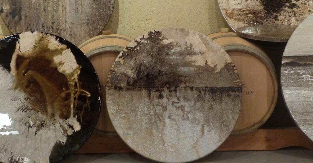 Ouevras de Denis Perrolaz dans le chai à barriques de Château Paveil de Luze